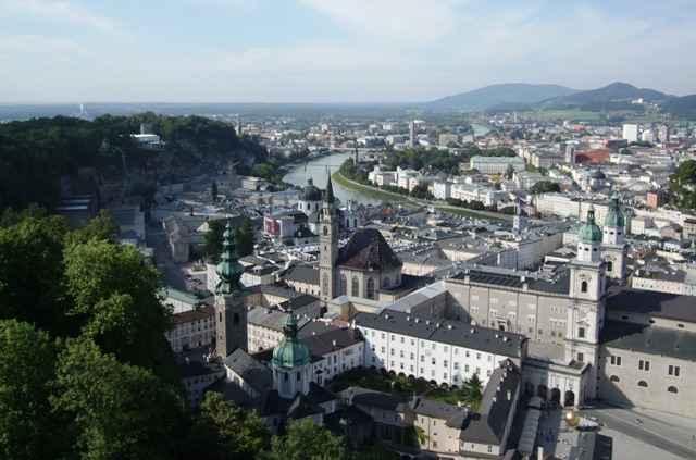 Salzburg er en gammel by med en bevart bydel fra tidlig p� 1600-tallet. Byen ble forsvart fra en stor festning som ligger i fjellet over den gamle bydelen. Her er utsikten fra den gmle festningen. Domen i forgrunnen og den nyere bydelen i bakgrunnen. Ingenting � si p� utsikten